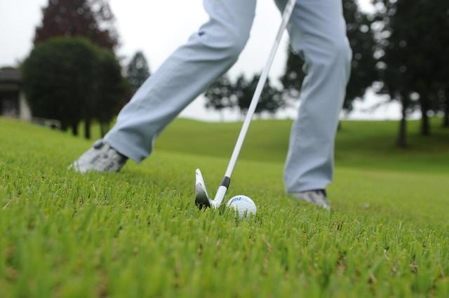画像: どう構える? ボールの位置は? 厄介すぎる「左足下がり」の打ち方・構え方【動画あり】 - みんなのゴルフダイジェスト