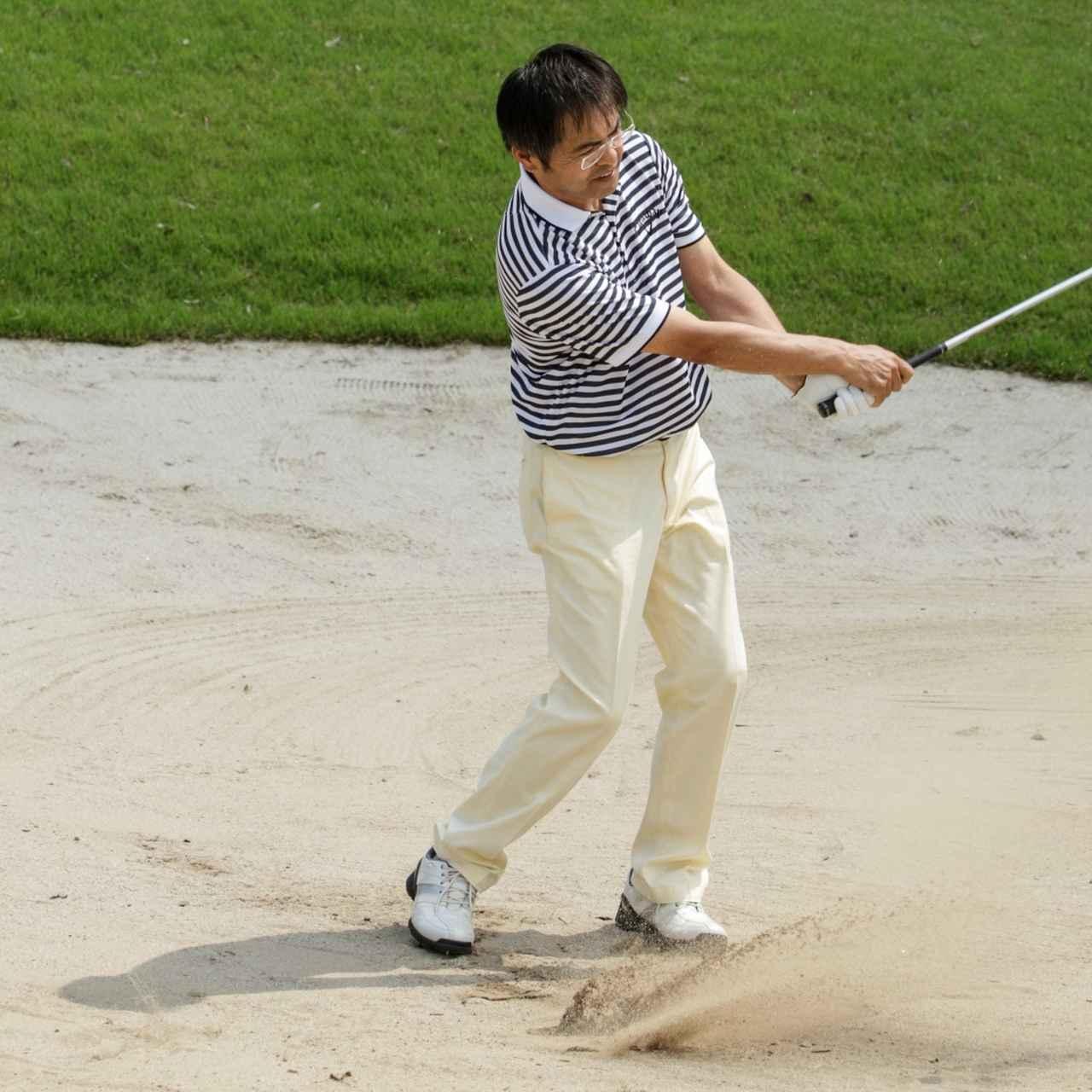 画像: ボールを置かず砂だけ打つ練習が 効果的。ボールを意識から消すことで、砂の重さを体感する