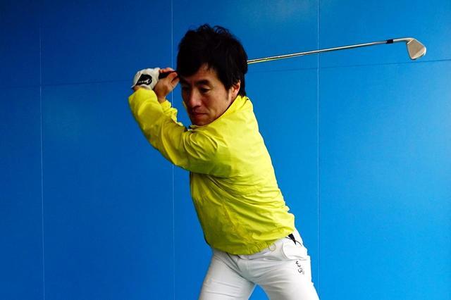 画像: 切り返しからダウンスウィングに入る瞬間に腕を振ることで、もっとも効率よくヘッドスピードを上げられる