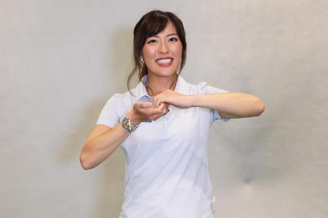 画像: 指を上下にガシッと握った状態で肩を前・後ろに回して肩や肩甲骨周りの筋肉をほぐす