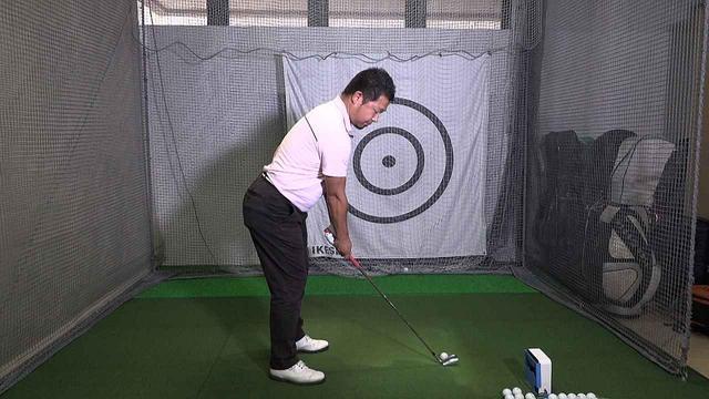 画像: レッスン前のショートアイアンでのアドレス。このボール位置では遠すぎると鈴木真一プロに指摘された。