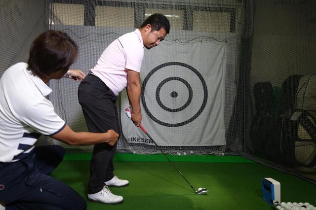 画像: ひざとお尻の距離を遠ざけることで安定したアドレスを生み出すことができる。