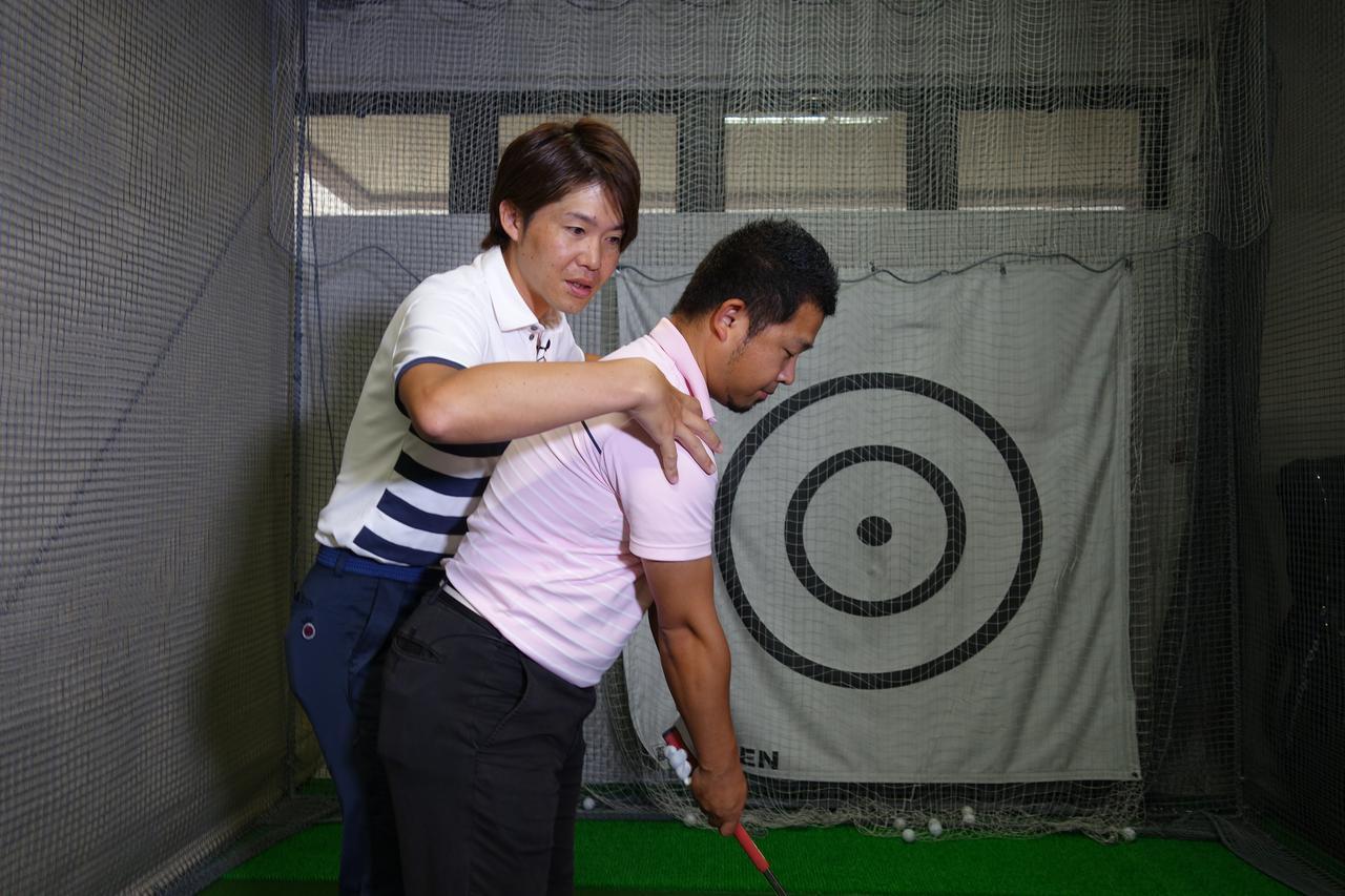 画像: 肩を下げて上腕を外旋させるようにすると、わきの下の背中側にテンションが掛かるようになり、腕と上腕が連動しやすくなる