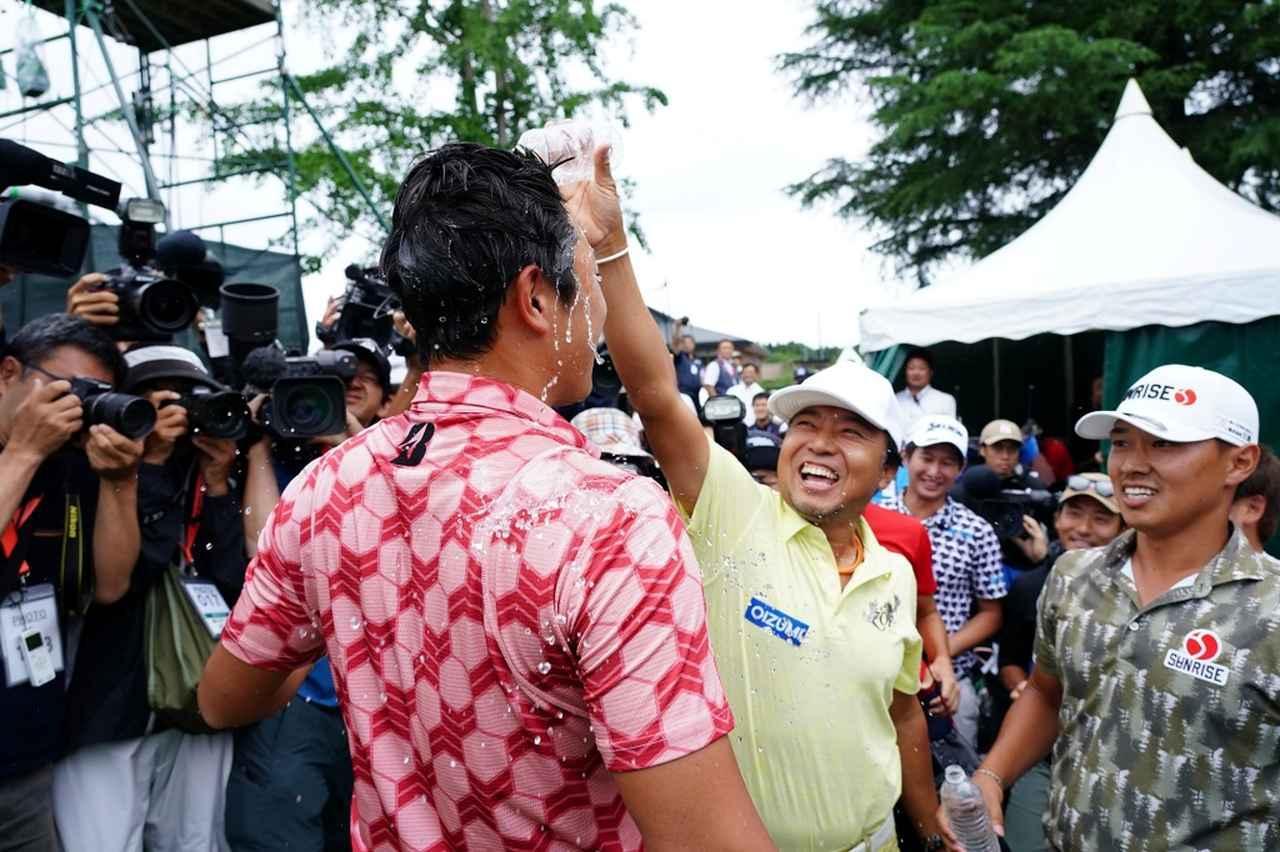 画像: 初優勝を挙げた堀川未来夢に片山晋呉らが水をかけて祝福