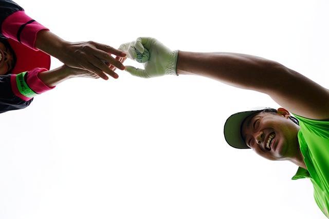 画像: ティアップするまでの時間にファンにサイン入りボールをあげていた市原弘大