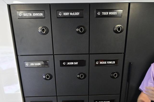 画像: 選手の名前入りロッカー。左上から時計回りにDJ、マキロイ、タイガー、ファウラー、デイ、ラームとキラ星のような名前が並ぶ