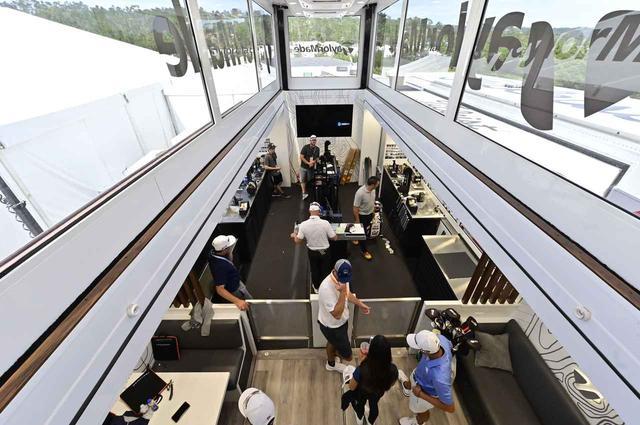 画像: 2階から1階の工房スペースを見下ろす。契約選手たちのギアはここで細かい調整を施される