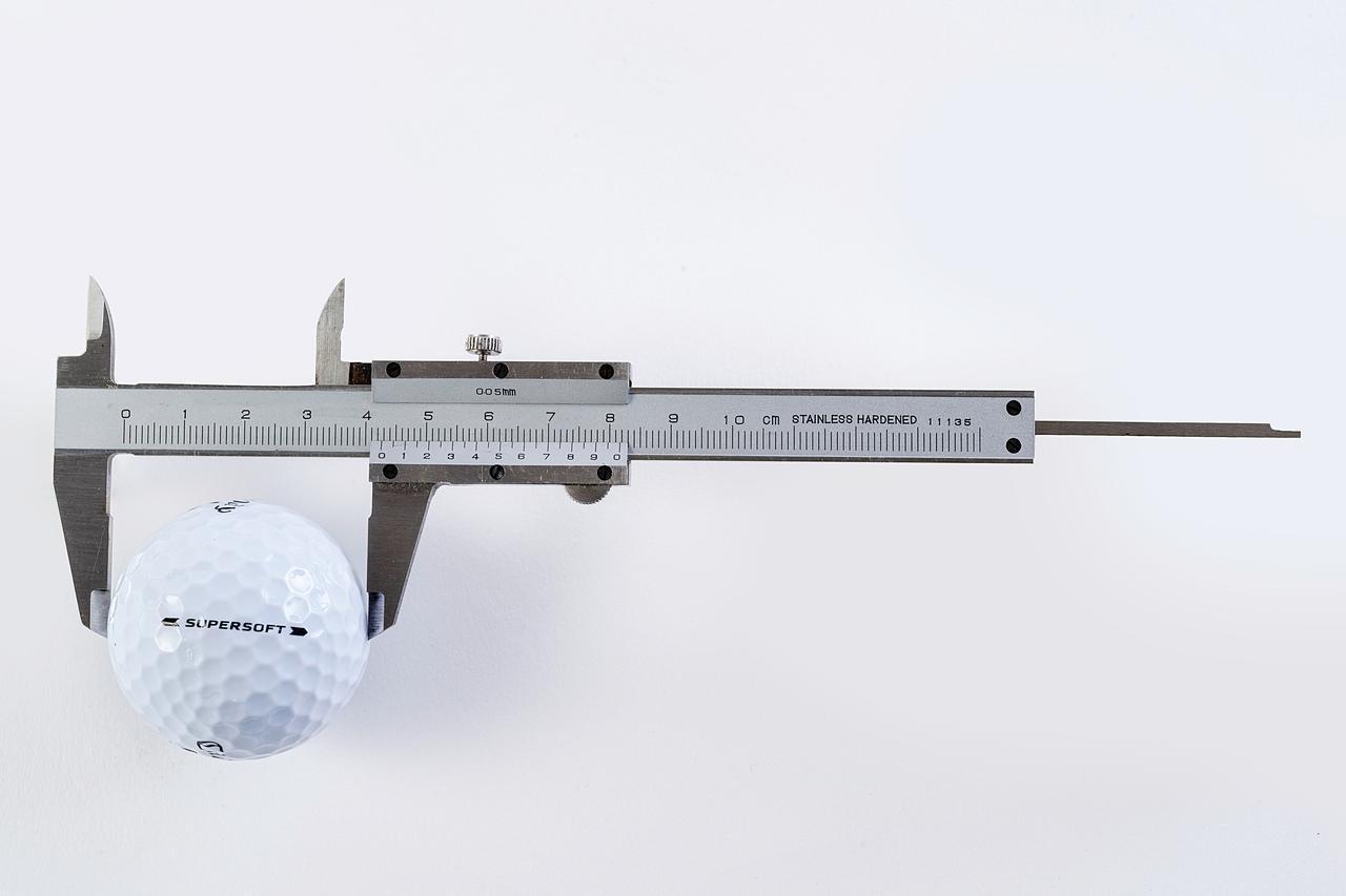 画像: 直径42.67ミリ(ルールで定められた最小値)のゴルフボールのなかには、最新のテクノロジーがこれでもかと詰め込まれている(撮影/阪上恭史)