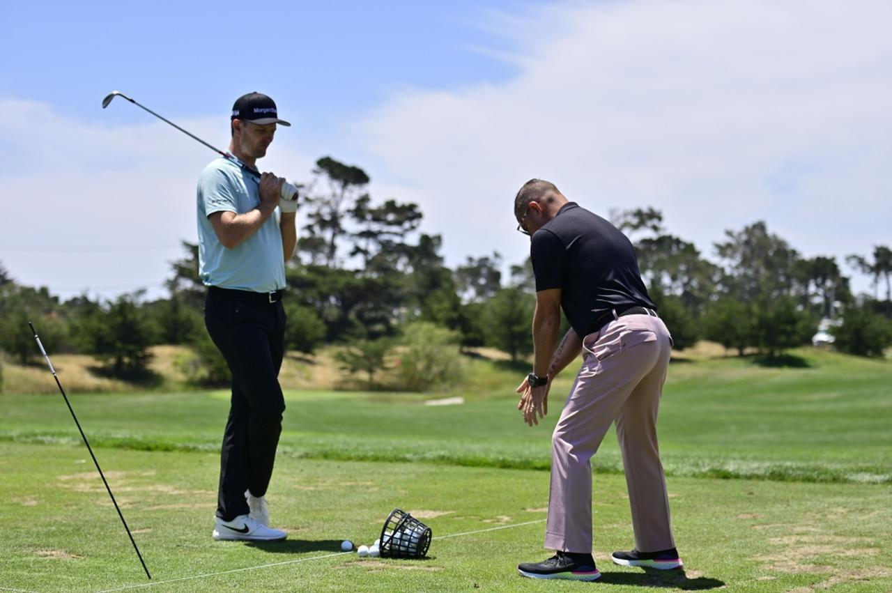画像: コーチのショーン・フォーリーとつきっきりでスウィングを仕上げていたローズ