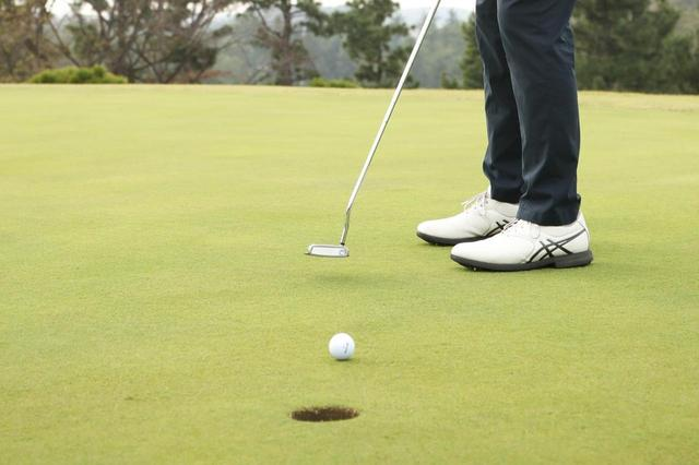 画像: カップインしたボールは腕を伸ばして拾おう!グリーン上での正しいマナー【脱俗のゴルフ】 - みんなのゴルフダイジェスト