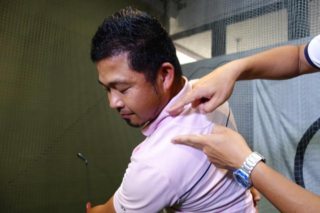 画像: 左肩とアゴの間隔を保ちながらスウィングすることで適切な縦運動ができる