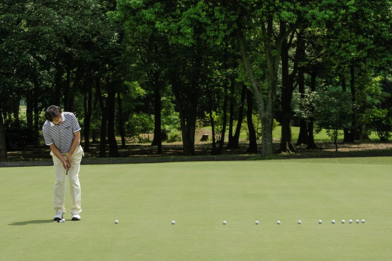 画像: 打つ前に、カップからボールが出てきて、自分のほうへ向かってくることを想像してみよう。そのとき、転がるスピードも合わせてイメージし、それを再現するように打つ