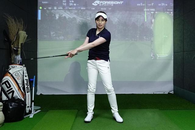 画像: 左手一本で振り子運動を続け、振り子の周期を崩さないように右手を添える。そのまま体を回せばゴルフスウィングになる