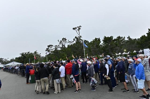 画像: 帰りのギャラリーバスを待つ人たちの長蛇の列ができていた(撮影/有原裕晶)