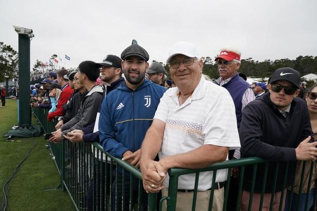 画像: 息子が父に贈ったチケットで観戦に来たというデルガドさん親子(撮影/服部謙二郎)