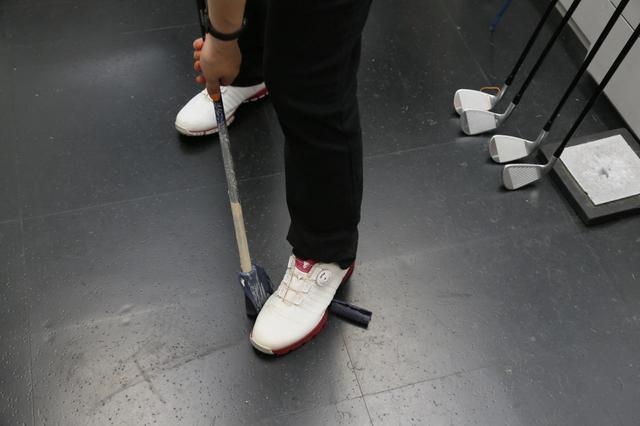 画像: 半分くらいで剥がれなくなってしまったA子に「足で剥がすといいですよ」と竹内さんからアドバイス