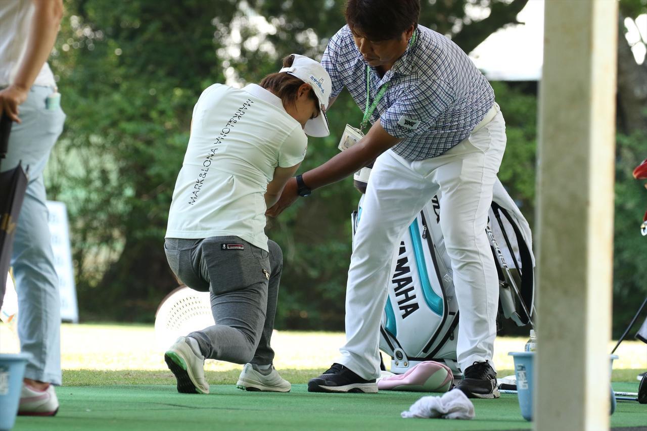 画像: この日辻村コーチは小祝さくらの他に同時に永井花奈や松森彩夏も指導していた