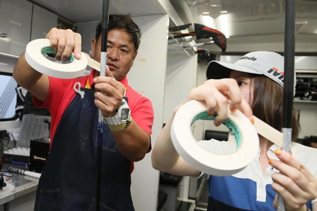 画像: テープを重ねず斜めに均等に巻いてくと丁寧に教えてくれた竹内さん