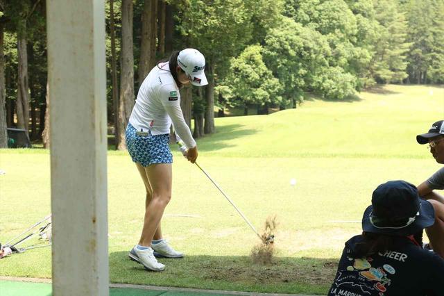 画像: ティアップした感覚をそのままに芝の上から打つ練習