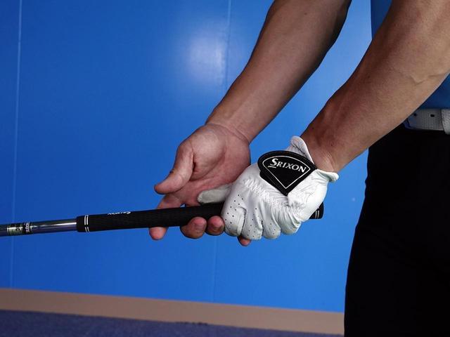 画像: 指先に引っかけるように持つのがポイント。右手のひらとフェース面を一体化させよう