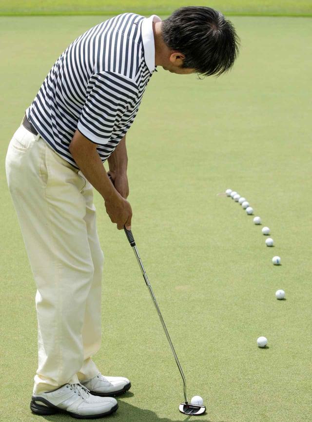 画像: 曲線をイメージするより、ボールが曲がりはじめるその点を見極め、そこへ向かって真っすぐフルショット!