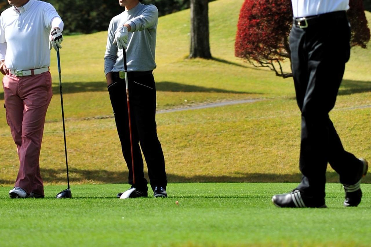画像: マナーを注意するのはゴルフにおいて先輩の役目だ