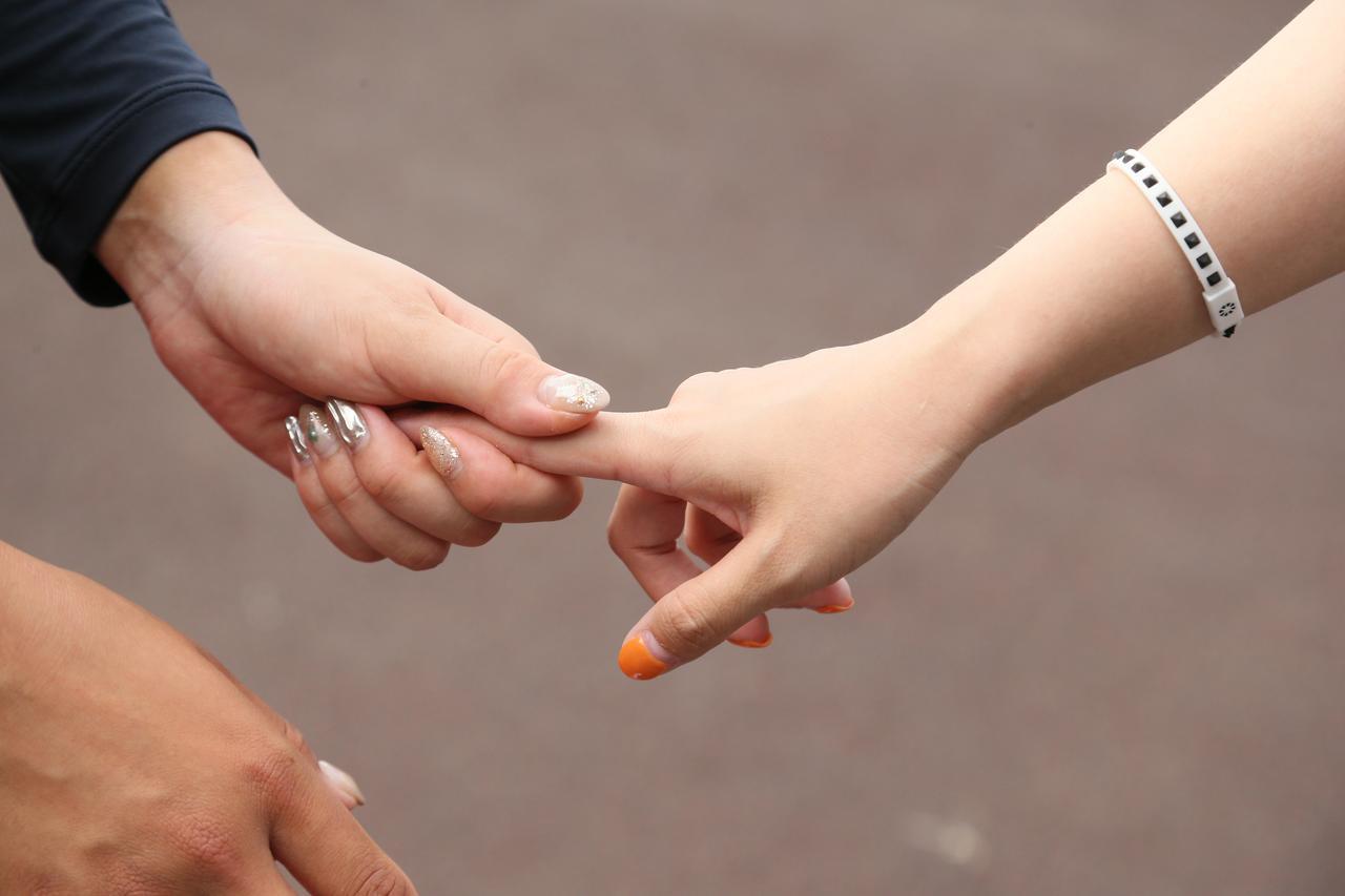 """画像: 女子プロたちに実際に指を握ってもらい、その強さをたしかめたところ""""ゆるい""""という印象の選手はいなかった"""