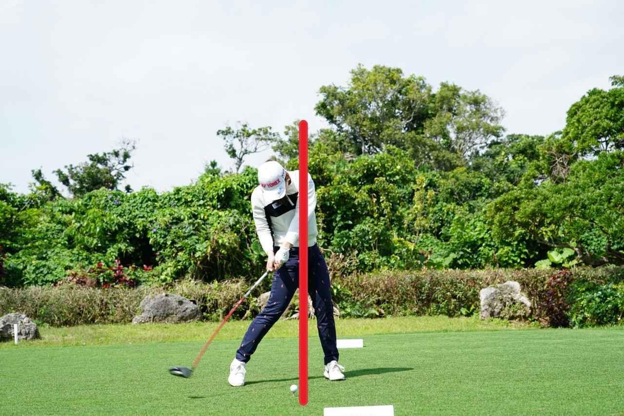 画像: インパクト直前から左ひざを伸ばしヘッドをさらに加速させ、ボールに力を伝えている