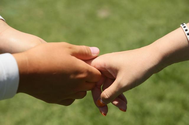画像: パットの握り加減は右手のほうが少し強めだという小祝。たしかに右手のが強い感じだ(撮影/矢田部裕)