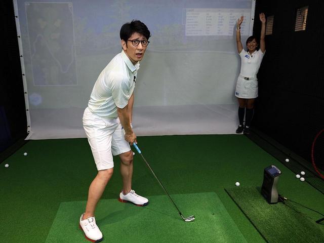 画像: フェースは目標に向けたまま、右足を後ろに思い切り引いて姿勢をクローズに。体のラインが斜め右45度(写真で小澤美奈瀬がいる方向)を向くくらいが目安だ