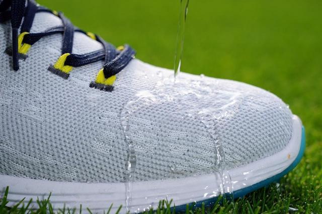 画像: ニット素材ながら表面撥水性が高いうえ、靴下状に防水フィルムが貼ってあり、「4センチ・2時間防水」の高い防水性能を誇る。雨の日でも安心して履ける