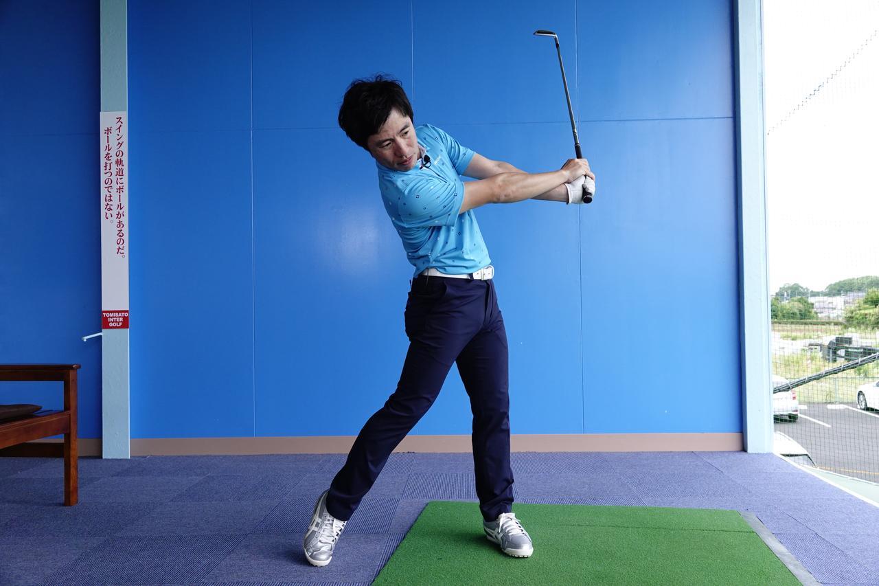 画像: ヘッドと体の距離を保つことに加えて、フォローでリコックされ腕とクラブに角度ができることでカッコいいフォローになる