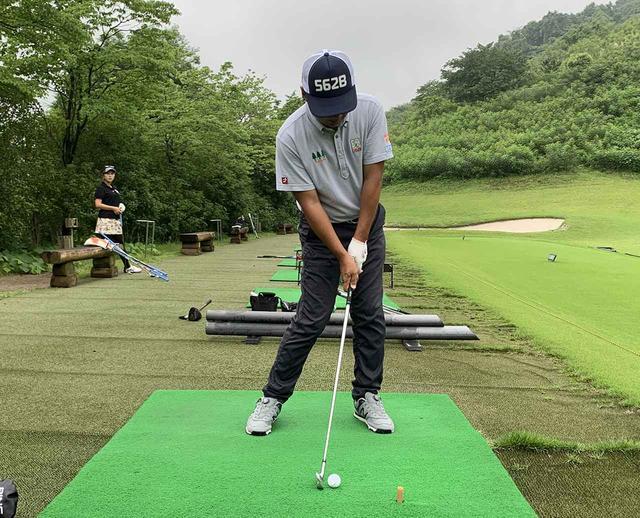 画像: 右腰を回してインパクトの形を作る。