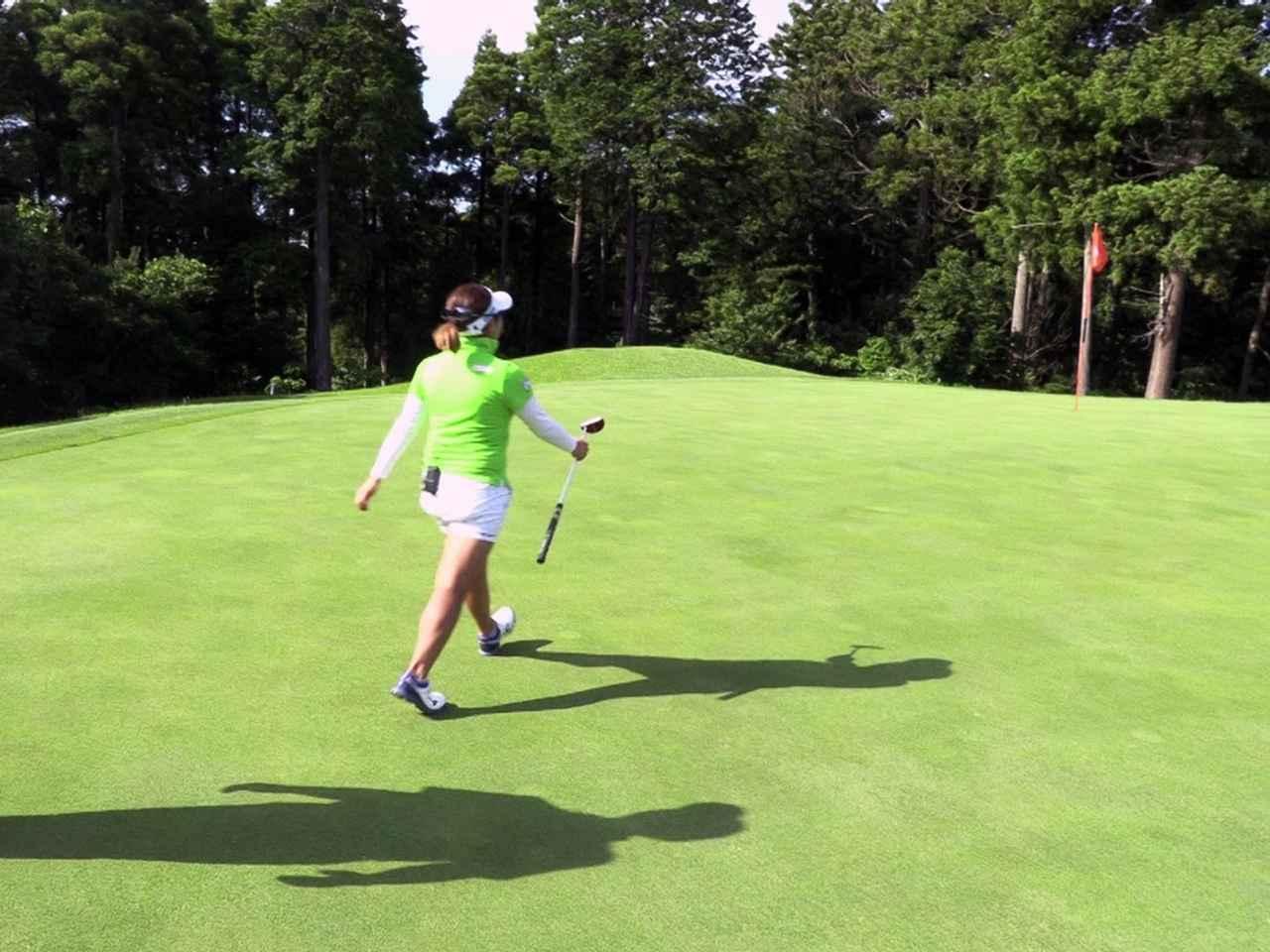 画像: 1歩1ヤードの歩幅でボール位置からカップまで歩いて距離を計測