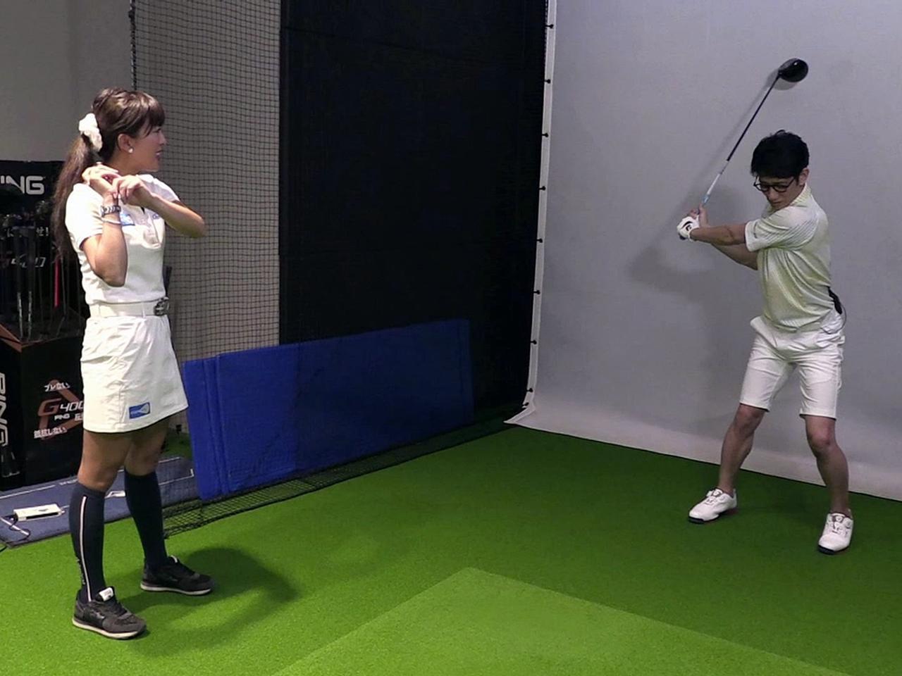 画像: アドレス時の5:5の体重配分のままでクラブを上げてみましょう、と小澤がアドバイス