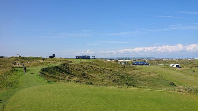 画像: 「カラミティ・コーナー」と呼ばれる16番ホールのティイングエリアからの1枚。右サイドが崖になっており、天候次第で難易度は様変わりする