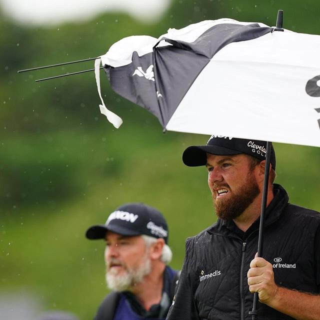 画像: 全英らしい強い雨風に、ローリーの傘も悲鳴を上げる