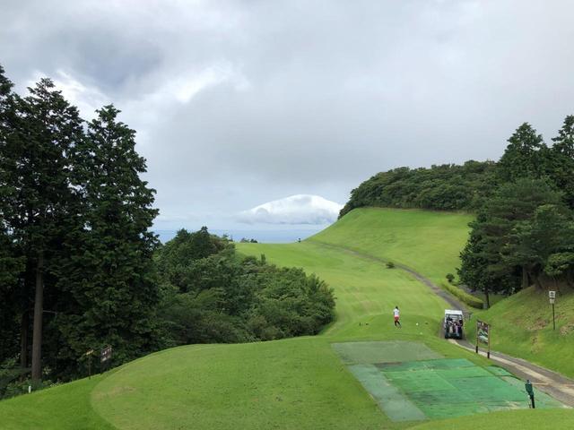 画像: 小田原城カントリークラブの名物ホール。長くて狭い超打ち下ろしの6番626yパー5だ。