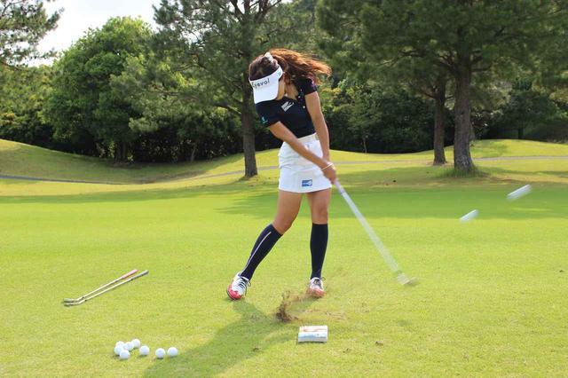 画像: ボールは左右に散ってしまったが、30センチも離れたボールを同時に打てるのはさすがプロ