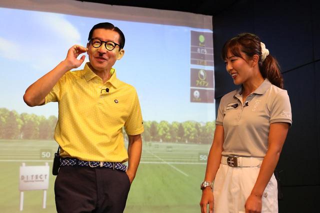 画像: トレードマークの昭和レトロなスーツ姿からおしゃれな黄色のポロシャツに着替えたジョニ男。満更でも無さそうだ。