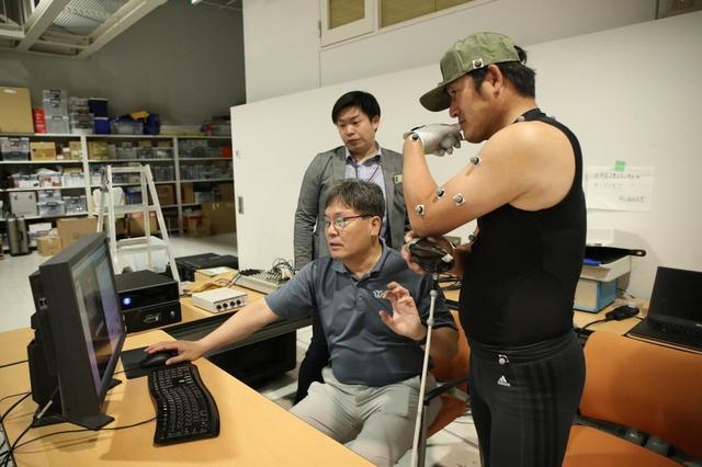 画像: クォン教授(写真中央のパソコンを操作している人物)がホソンのスウィングを分析した