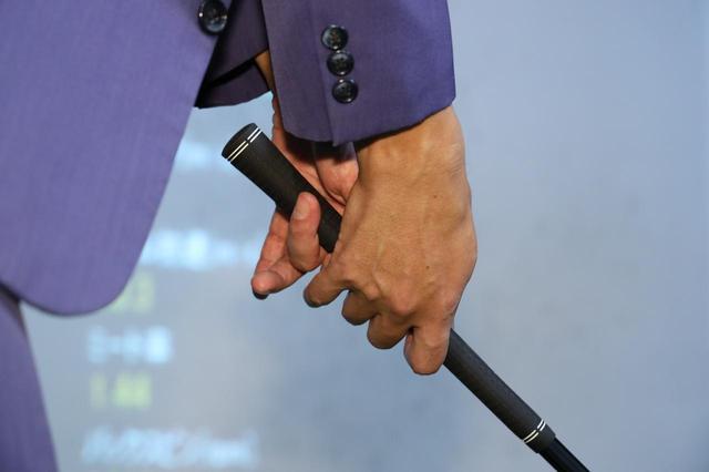 画像: やさしく握ろうとするあまり、左手の小指と薬指をグリップから外していたジョニ男