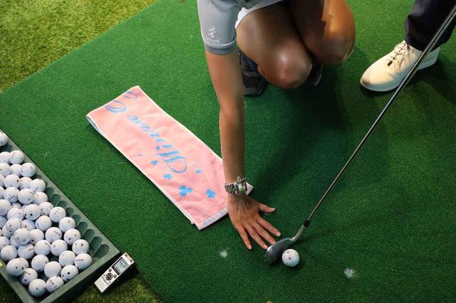 画像: ボールの20センチほど手前タオルを置き、ヘッドがそのタオルに触れないように打つ
