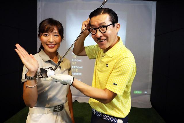 画像: 「50ヤード以内のアプローチ」で悩む岩井ジョニ男に、小澤美奈瀬がアドバイス!