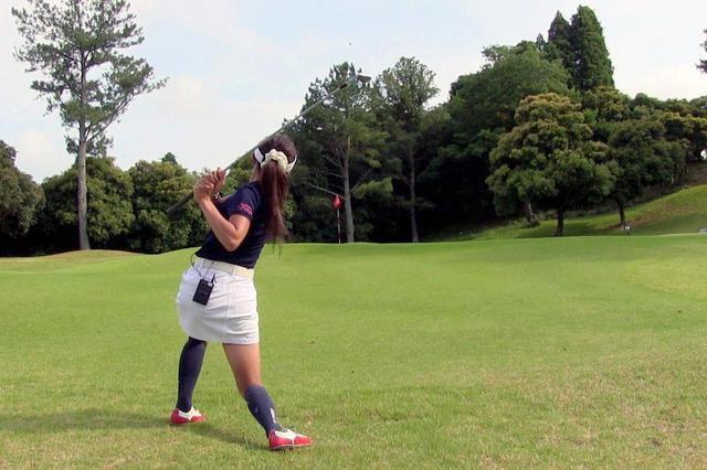 画像: ピンより45度くらい左を向いて2球目を打つ小澤。ピンに向かって高くまっすぐの球が出たがスピンはあまり掛からなかった