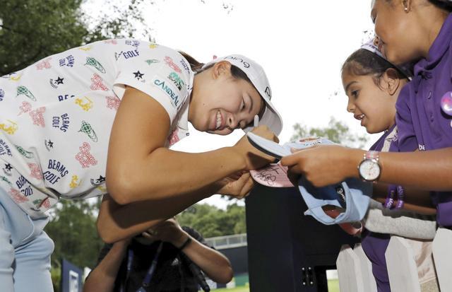 画像: 子供のファンに笑顔でサインする渋野日向子(写真はKyodo News/Getty Images)