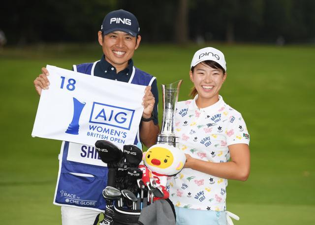 画像: 日本人42年ぶりのメジャー優勝を挙げた渋野日向子(右)とキャディを務めた青木翔コーチ(左)(写真/Getty Images)