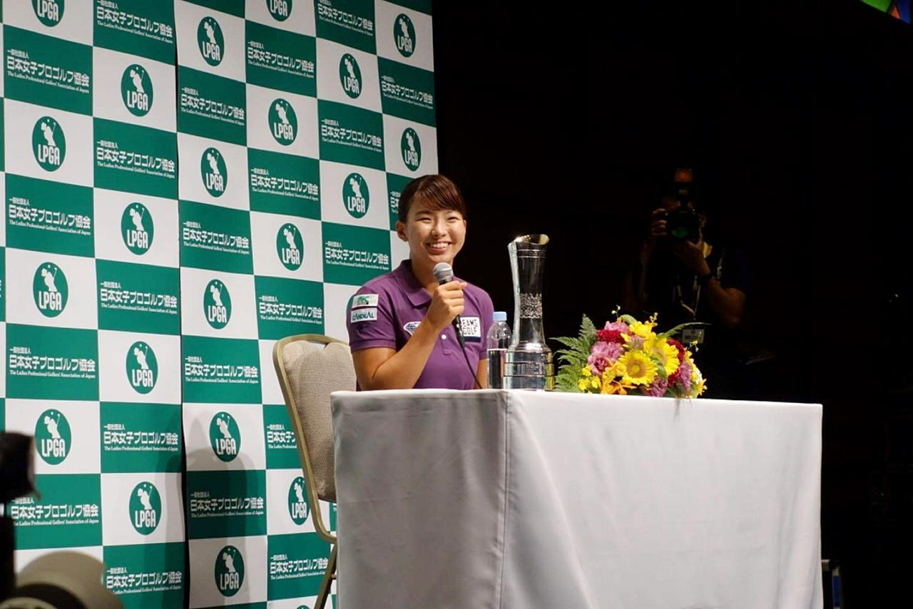 画像: 終始トレードマークの笑顔で記者たちからの質問に答えた