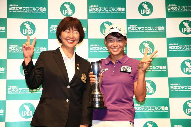 画像: 渋野日向子(写真右)の帰国記者会見で笑顔の小林浩美日本女子プロゴルフ協会会長(写真左)