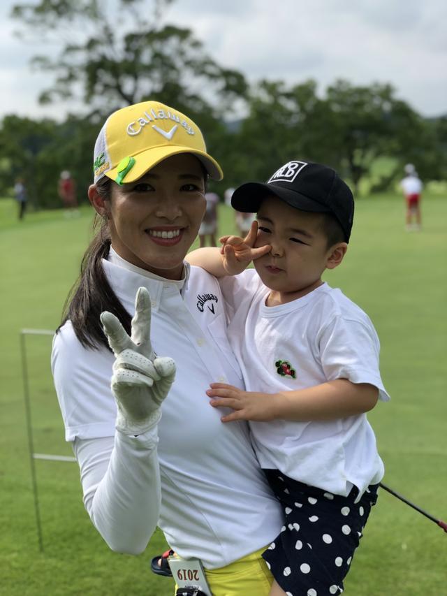 画像: レギュラーツアーでも優勝経験のある女子プロゴルファー・甲田良美と息子の将玄君